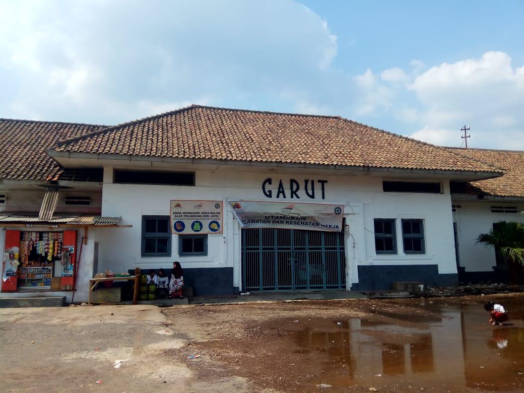 Bagian depan bangunan utama Stasiun Garut pada Oktober 2019. Saat ini Stasiun Garut sedang dibuat bangunan baru yang berukuran lebih besar di samping bangunan lama.