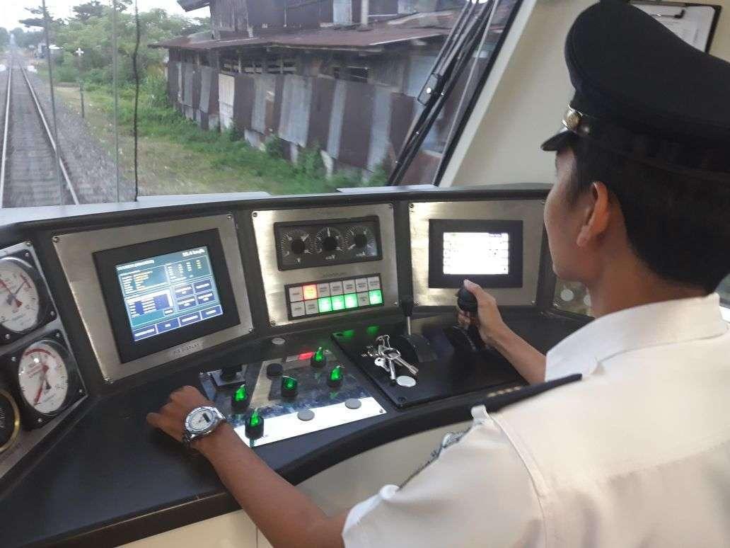 Kabin KRDE ME 204 , Train Engine Control Unit (TECU) Display berada di Kanan, PIS Display yang berisi TMS Display dan CCTV Display Berada di Kiri, Lampu Train Management System (TMS) berada di tengah│ Sumber : Haristyawan Adelto