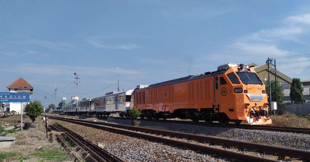 Lokomotif dan rangkaian kereta penumpang komuter PNR saat berangkst dari Stasiun Madiun menuju Kertosono | foto: Zidan Nando