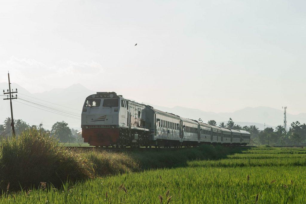 Lokomotif CC2030107 saat menarik KA Serayu Pagi di Indihiang, Tasikmalaya