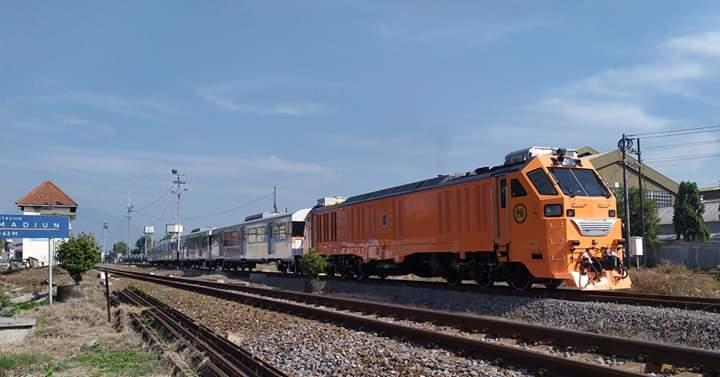 Lokomotif dan rangkaian kereta penumpang komuter PNR saat berangkst dari Stasiun Madiun menuju Solo Balapan foto: Zidan Nando