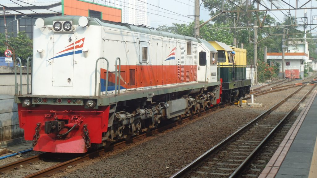 Lokomotif CC 201 sedang menarik lokomotif BB 306 di Tanah Abang   Foto:Ridwan SR