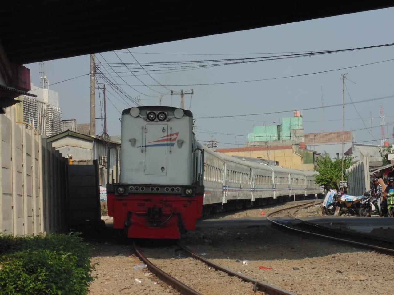 KA Walahar Ekspres dengan Lokomotif CC 203 98 09