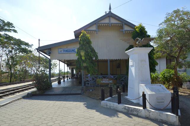 Stasiun Tanggung, stasiun tertua di Indonesia yang masih beroperasi