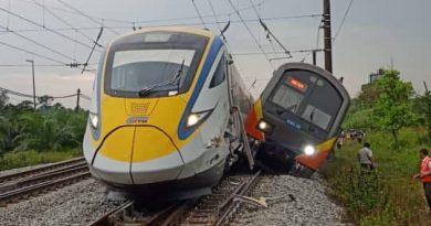 KA ETS dan KTM Komuter yang bertabrakan di Stasiun Kuang