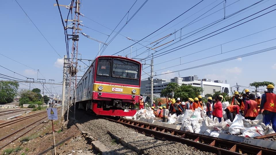 KRL melintasi jalur lama arah Manggarai