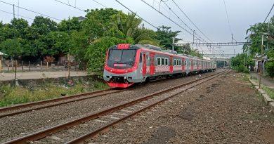 KLB KRL KfW saat pulang dari Rangkasbitung melintasi eks Halte Pondok Betung | Foto: Ridwan SR