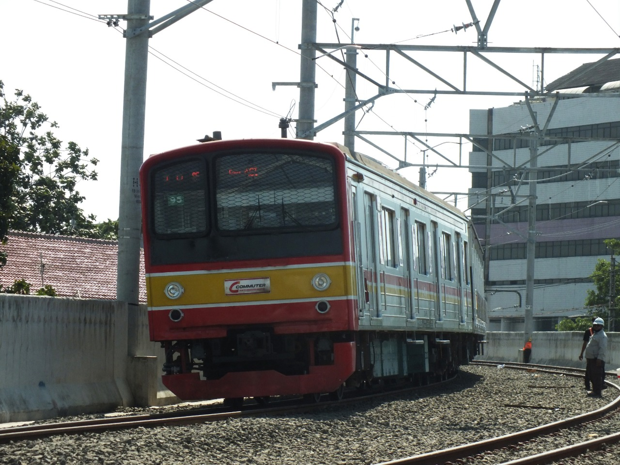 KRL melintasi jalur baru Manggarai-Jatinegara
