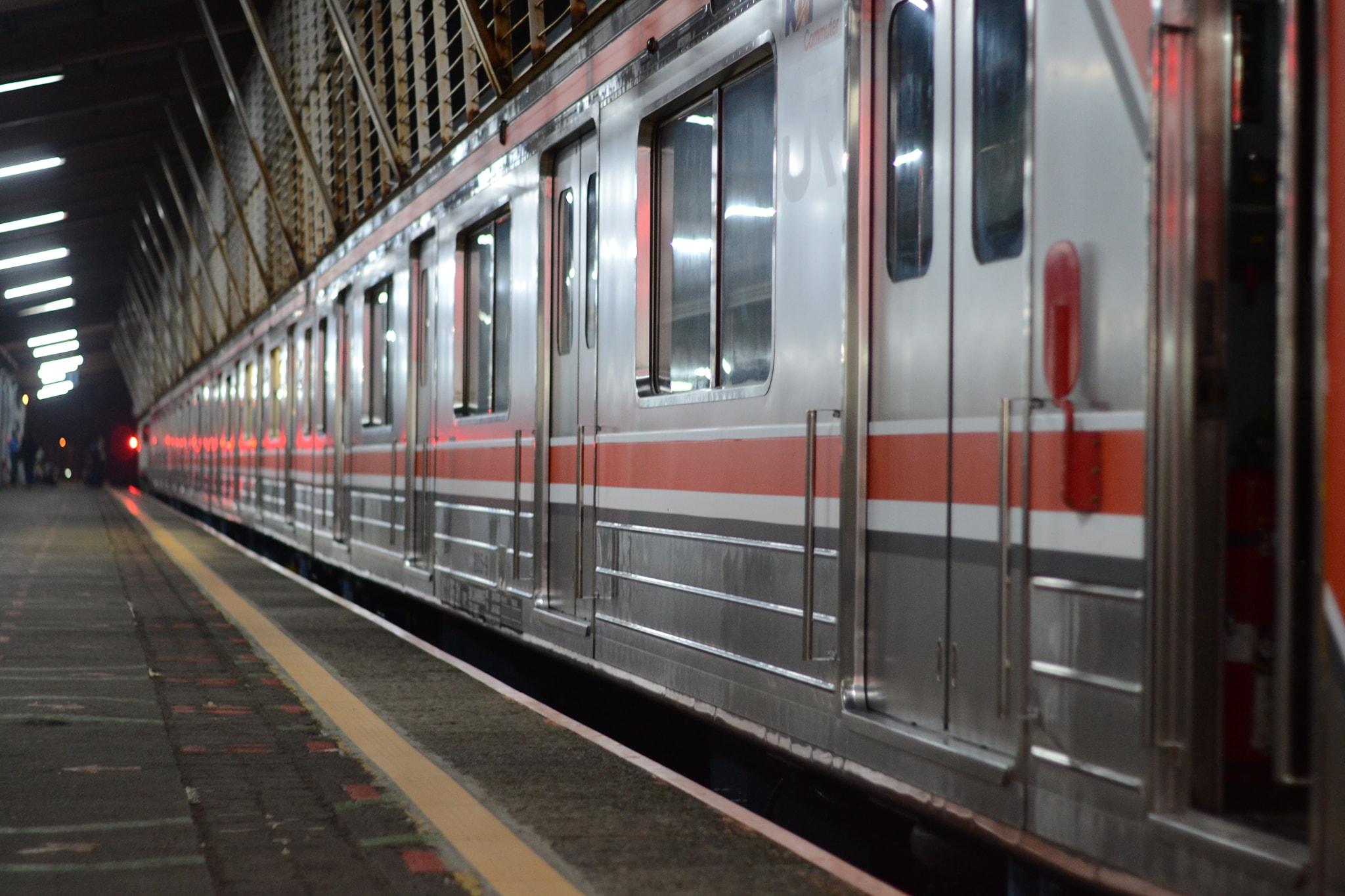 Tampak samping KRL seri 205 rangkaian SLO9 saat di jalur 1 Stasiun Depok