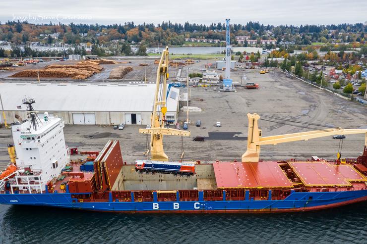 Salah satu dari dua lokomotif CC 205 yang dinaikkan ke atas kapal BBC Asia di Pelabuhan Olympia, Washington, Amerika Serikat