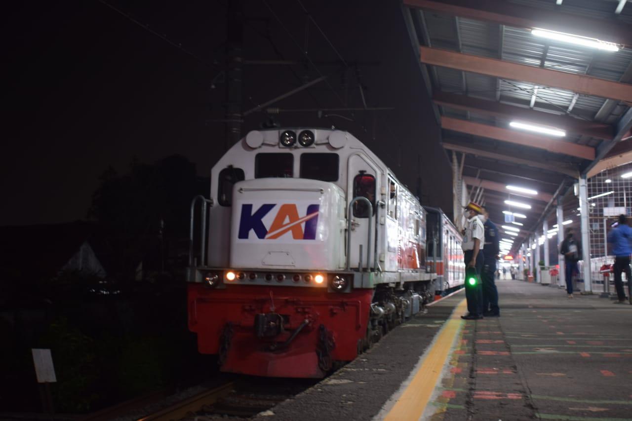 krl seri 205 rangkaian slo9 di jalur 1 depok