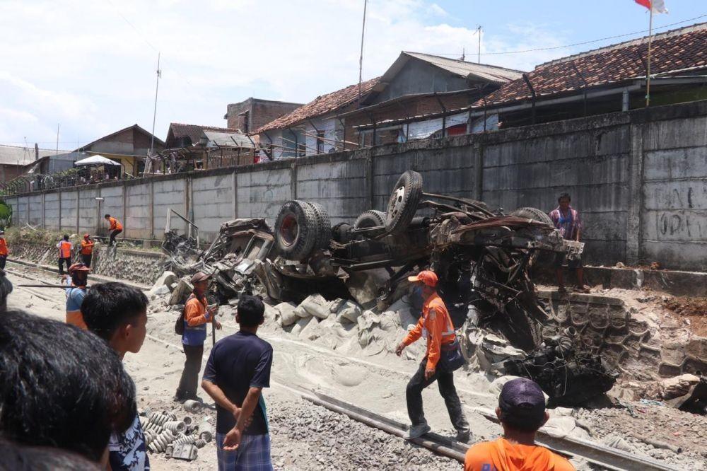 Truk pengangkut semen yang ringsek karena menabrak KA Babaranjang | Foto: Istimewa via IDN Times