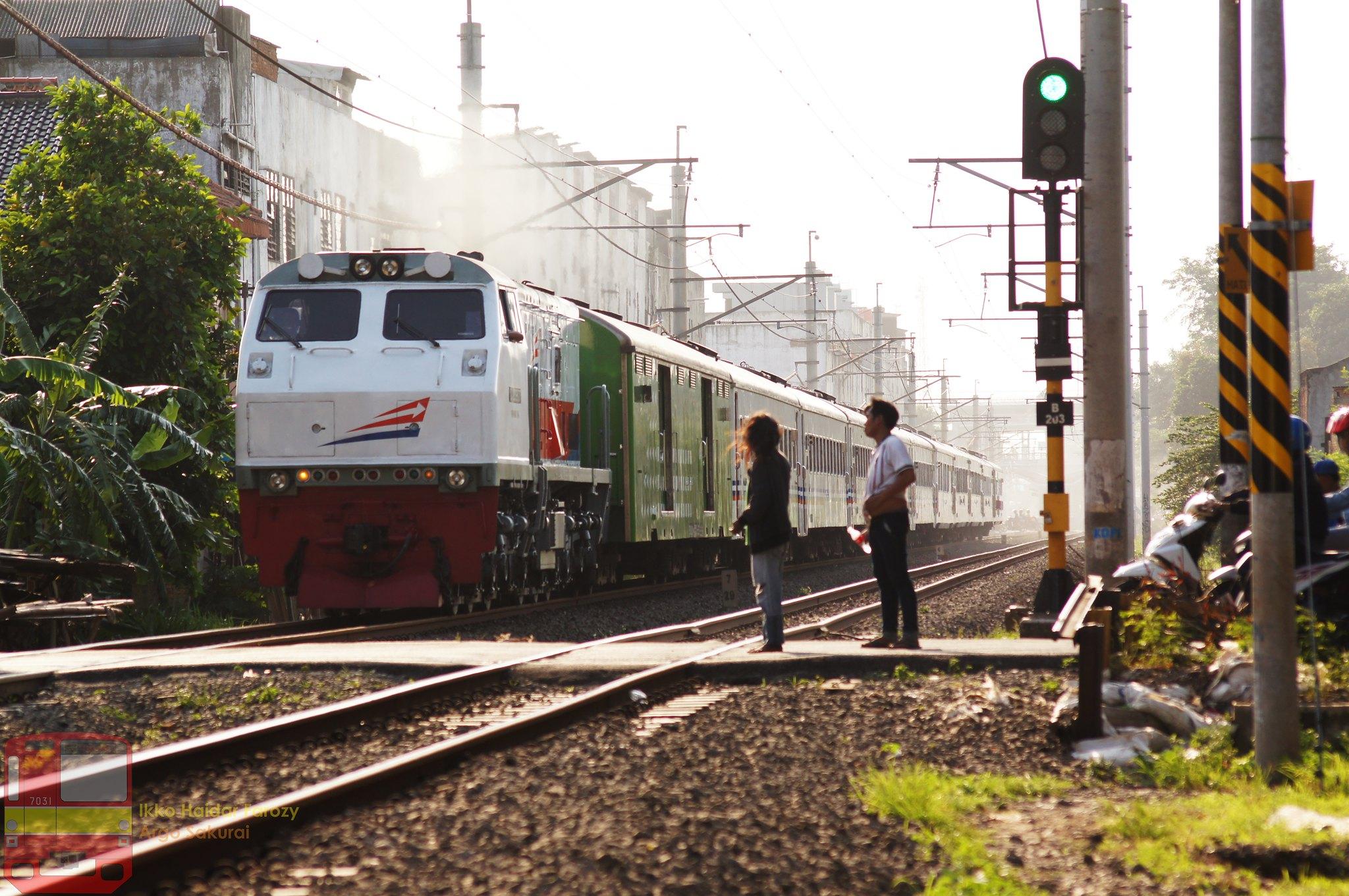 kereta api di perlintasan tanpa palang pintu