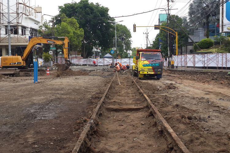 Rel bekas Trem Malang yang muncul saat perbaikan jalan di kawasan Kayutangan, Malang | Foto: Kompas