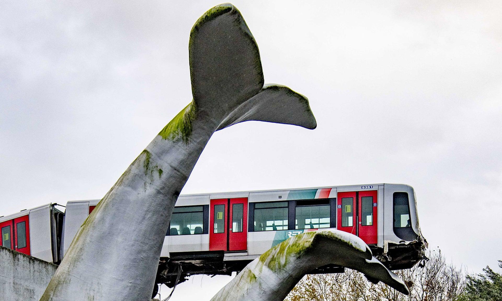 Rangkaian KRL Rotterdam Metro yang tersangkut di patung berbentuk ekor paus   Foto: EPA via The Guardian