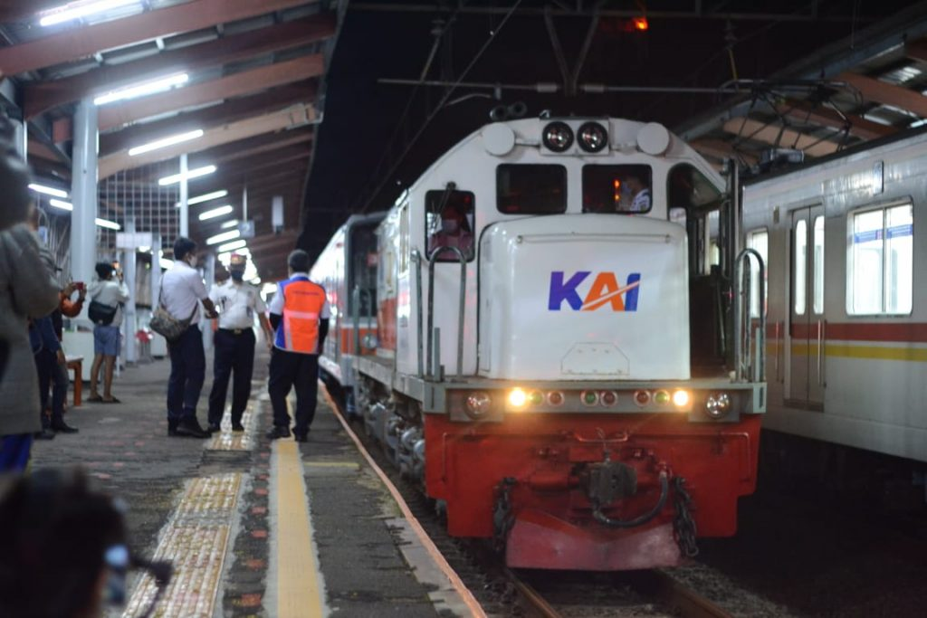 KLB pengiriman KRL seri 205 rangkaian SLO32 di Stasiun Depok