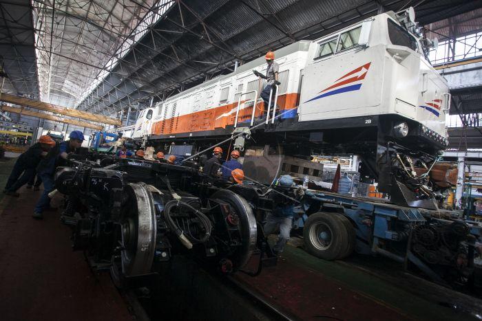 Bogie buatan Barata Indonesia saat akan dipasang pada lokomotif CC 206