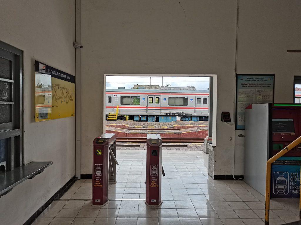 Gate penumpang, alat cek saldo/aktivasi kartu, dan vending machine Tiket Harian Berjaminan (THB) di Stasiun Srowot