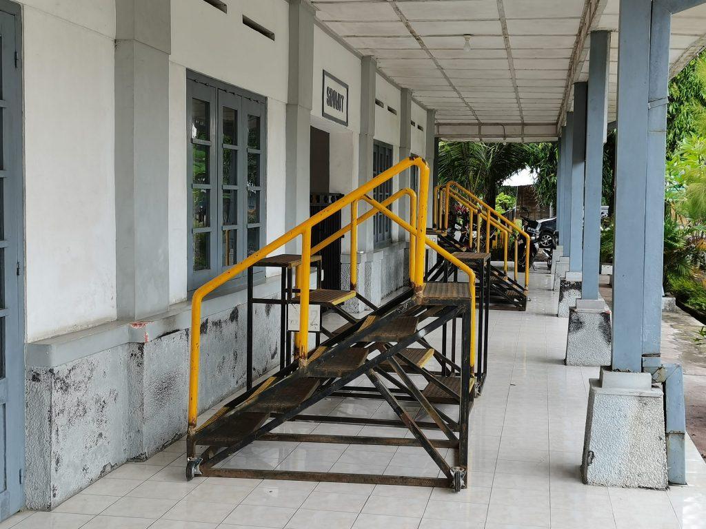 tangga portabel di Stasiun Srowot