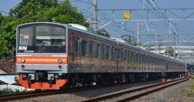 KRL seri 205 rangkaian SLO32 dan SLO9 dengan formasi 8 kereta