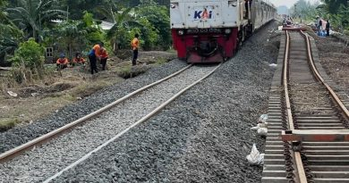 Rangkaian KA melintasi jalur hilir