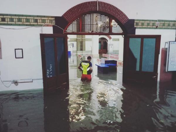 Bangunan Stasiun Semarang Tawang yang terendam banjir