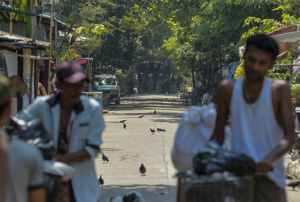 Blokade polisi terhadap karyawan kereta api di Yangon