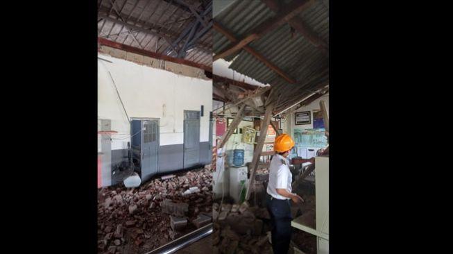 Tembok Stasiun Pekalongan ambruk