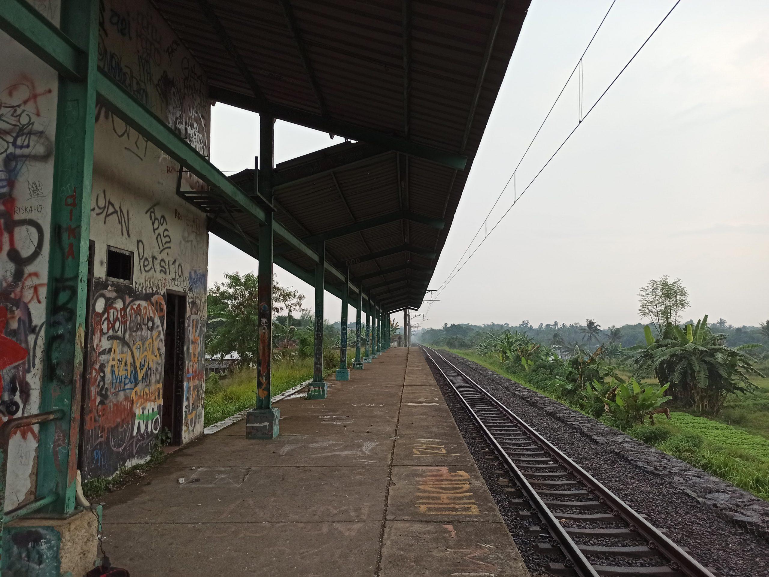 Peron Stasiun Pondok Rajeg menghadap barat