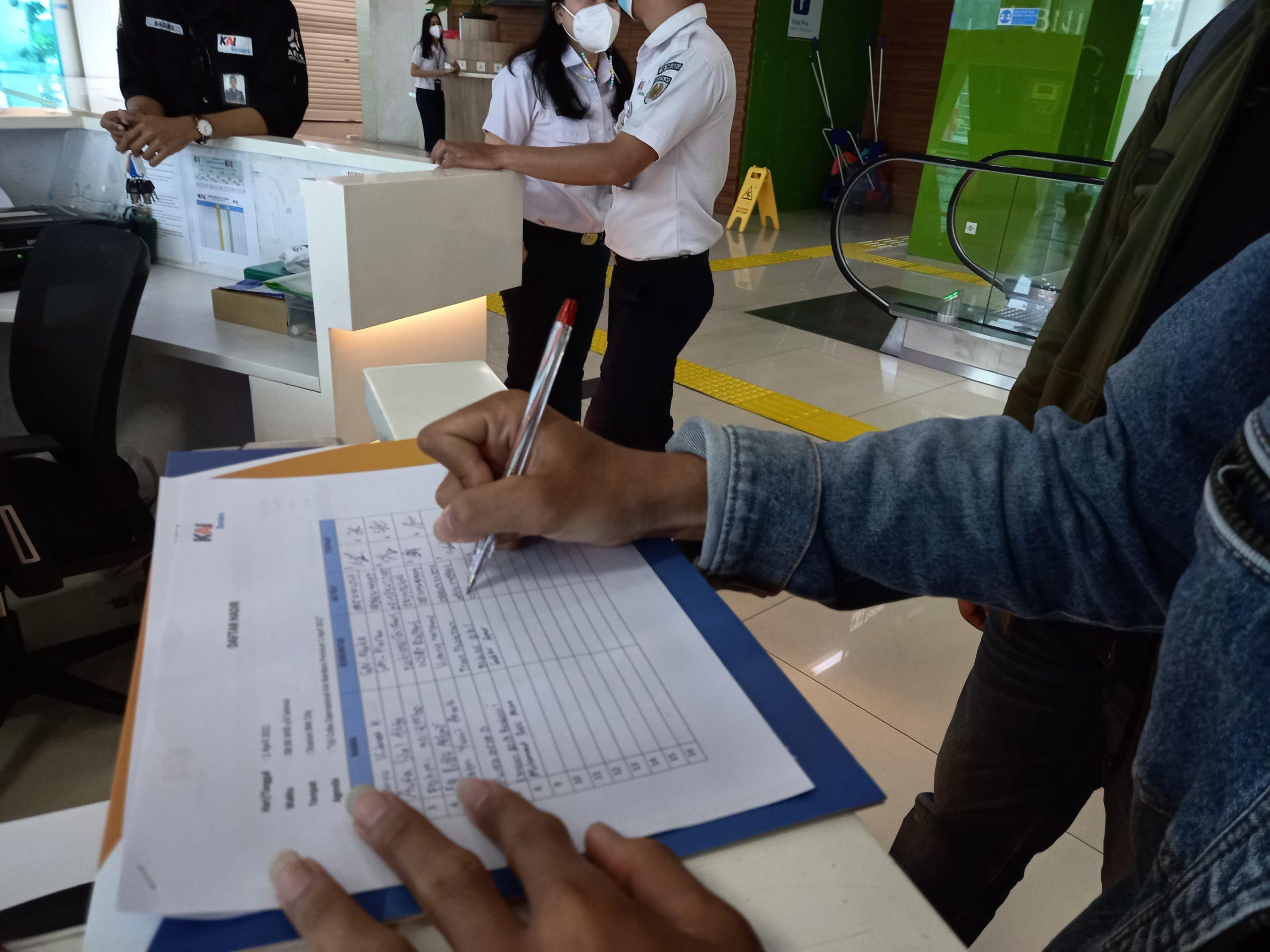 Penandatanganan daftar hadir KRL Bandara