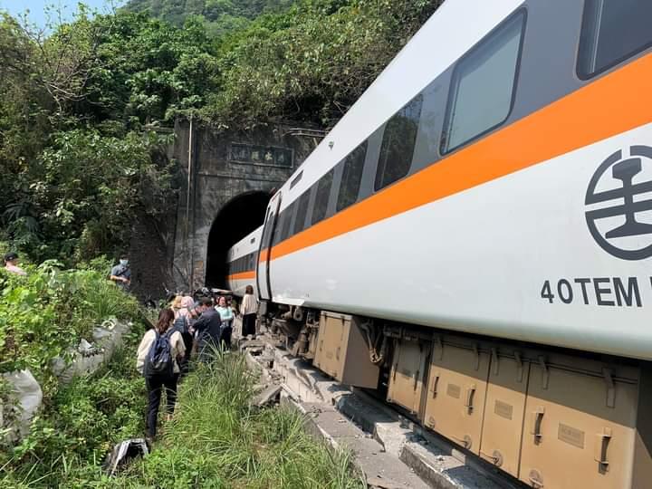 Rangkaian KA terguling di Taiwan