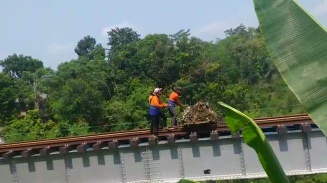 Petugas buang sampah ke rel