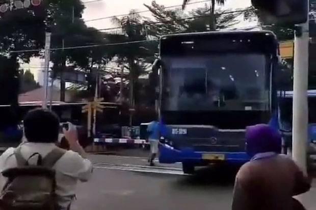 Bus TransJakarta terjebak di tengah perlintasan